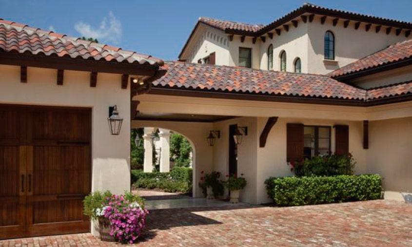 Fachadas coloniales modernas, con techumbres de teja de barro.