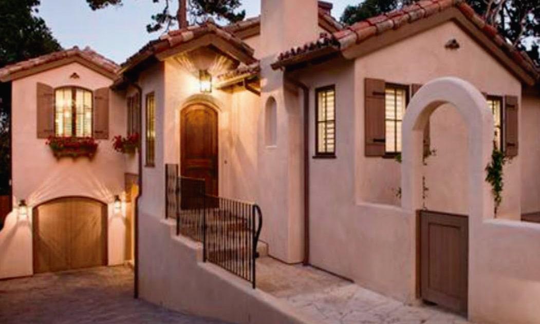 Muros blancos y tejados rojos constituyen las fachadas coloniales.