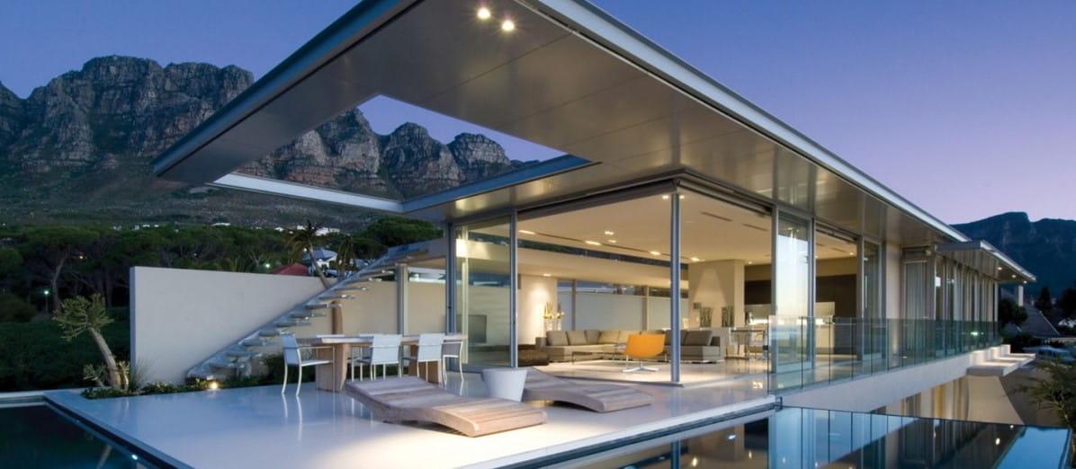 Arquitectura residencial moderna con grandes ventanales.