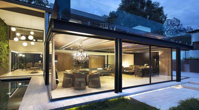 Fachada de casa moderna con predominio de acero y vidrio.