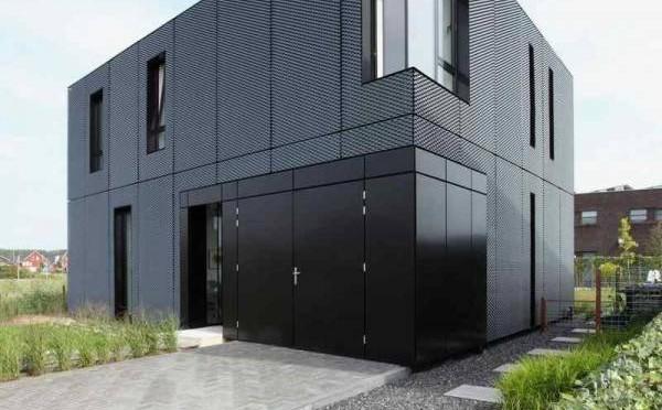 Fachada de casa moderna con acabado en lámina.