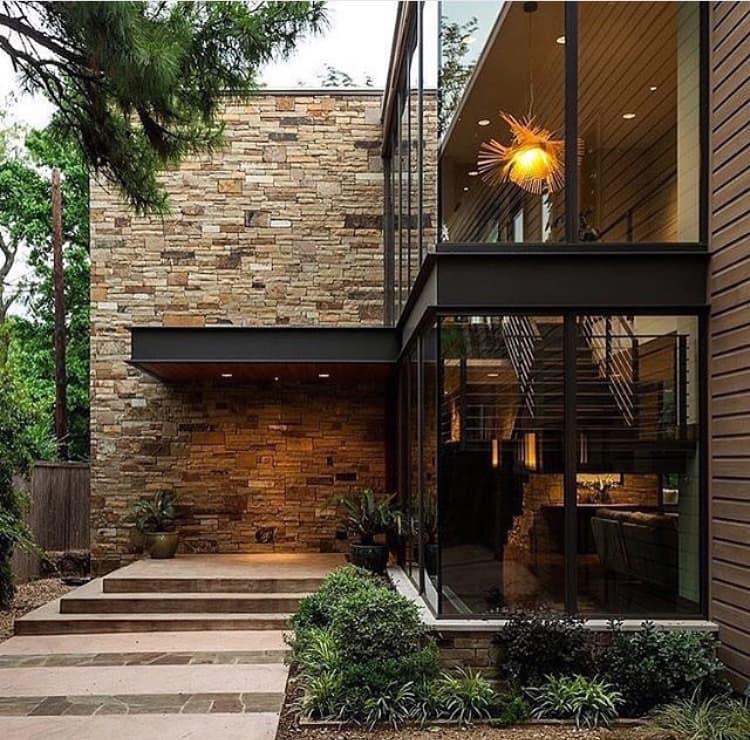 Fachada moderna con piedra y acero.
