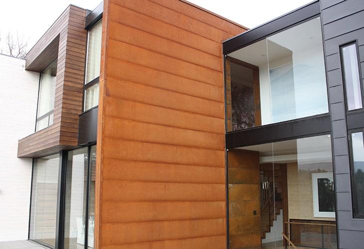 Acabados en fachada moderna con acero corten.