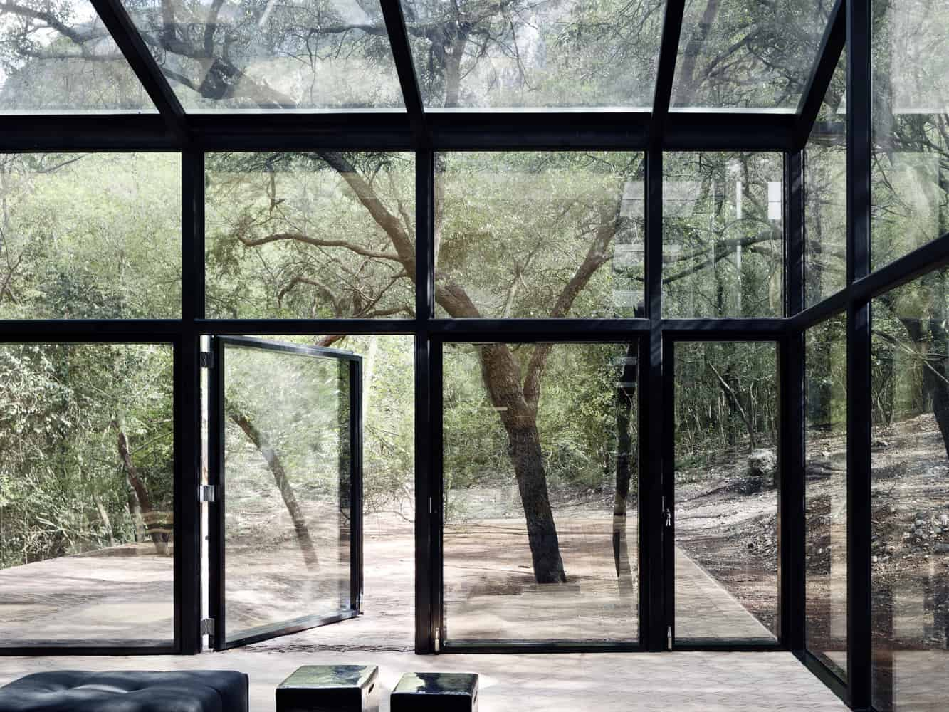 Interior de casa con grandes ventanales.