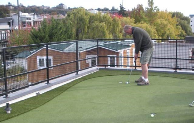 Mini golf en el roof garden de una casa flotante.