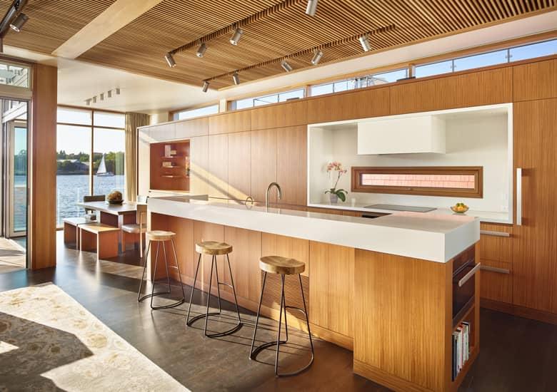 Cocina moderna en casa flotante.
