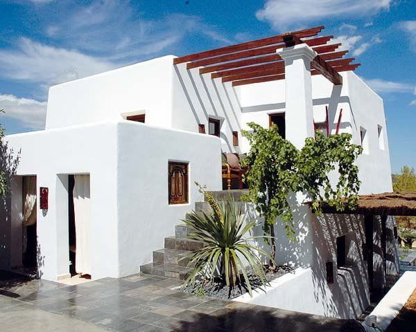 El color blanco predomina en las fachadas de casa de playa.