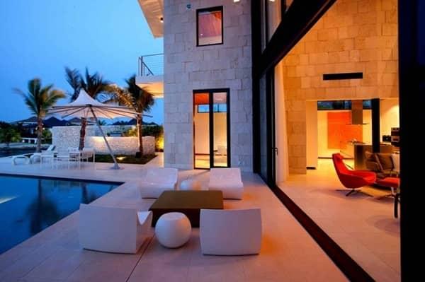 Fachada de casa de playa con terraza y alberca.