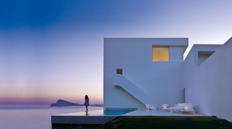 Alberca en diseño de fachada de playa.