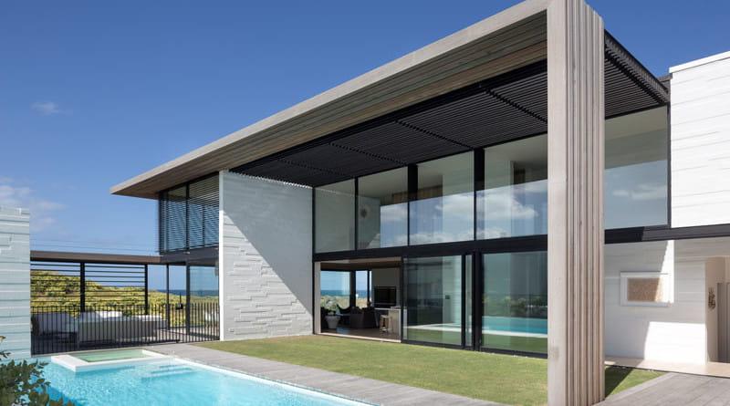 Fachada de casa moderna minimalista de playa.