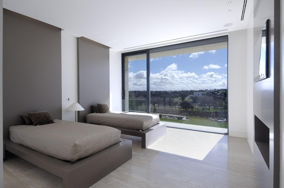Recámara moderna minimalista en colores neutros.