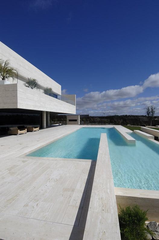 Hermosa perspectiva de una casa minimalista imponente.