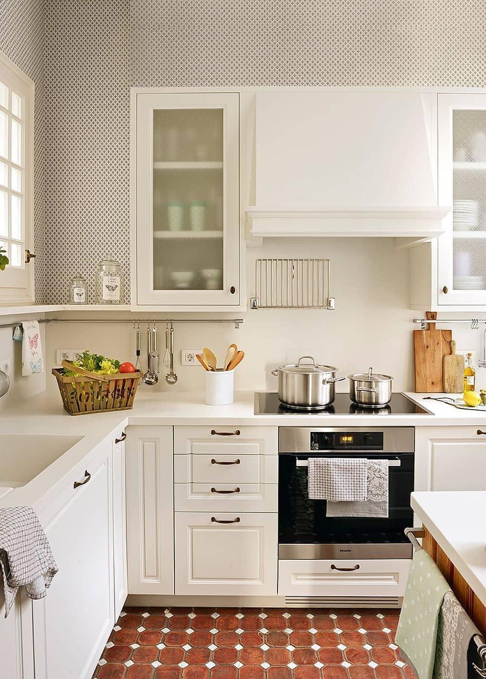 Cocina pequeña moderna en color blanco.