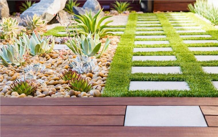 Jardines exteriores con pasto y madera