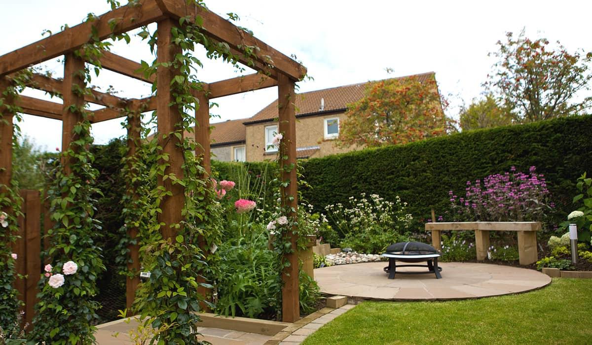 Jardín con áreas verdes y andadores.