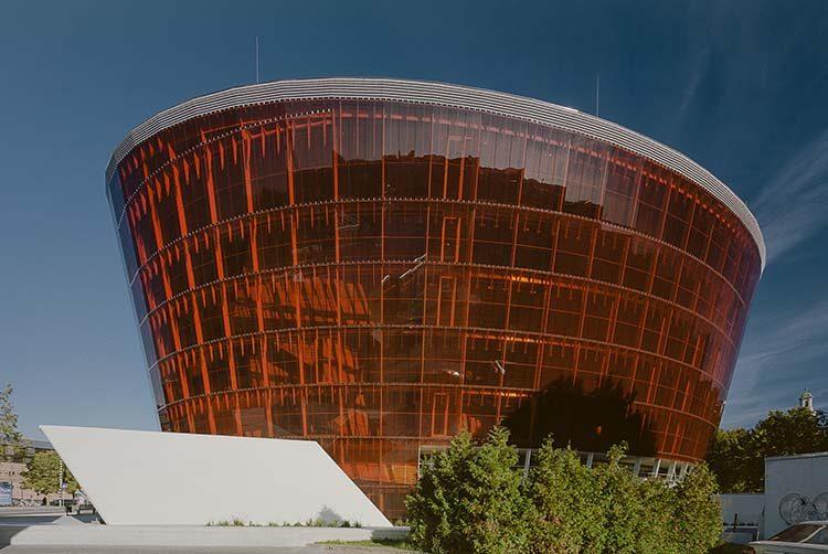 La fachada retorcida brilla como un ícono de la ciudad.