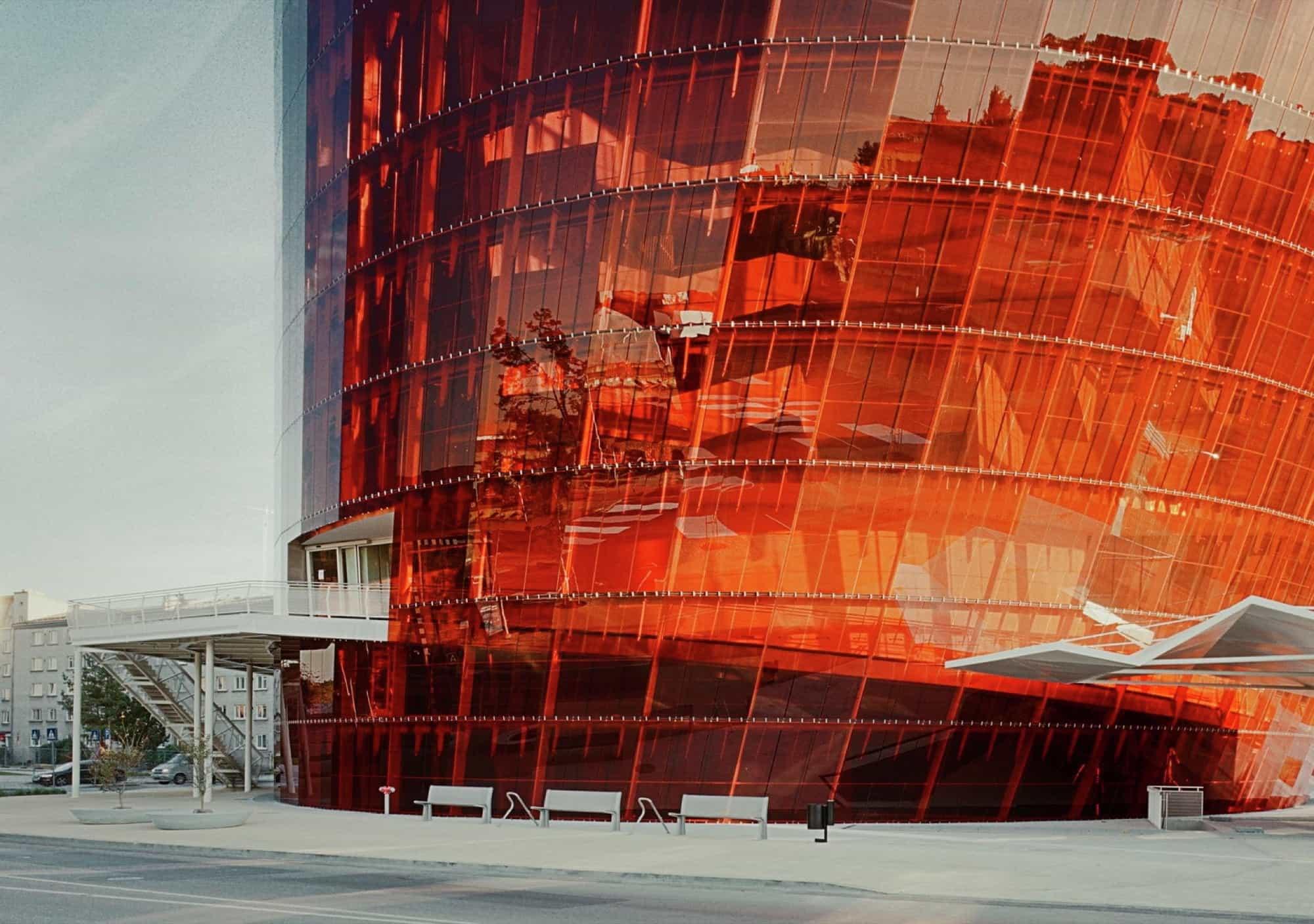 La cristalera exterior en color ámbar genera una fachada hermosa.