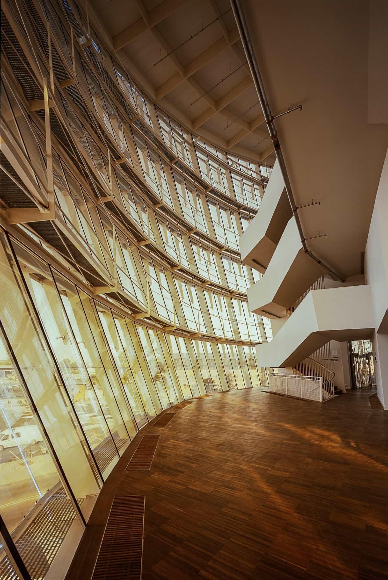 El acristalamiento crea espacios interiores llenos de luz.
