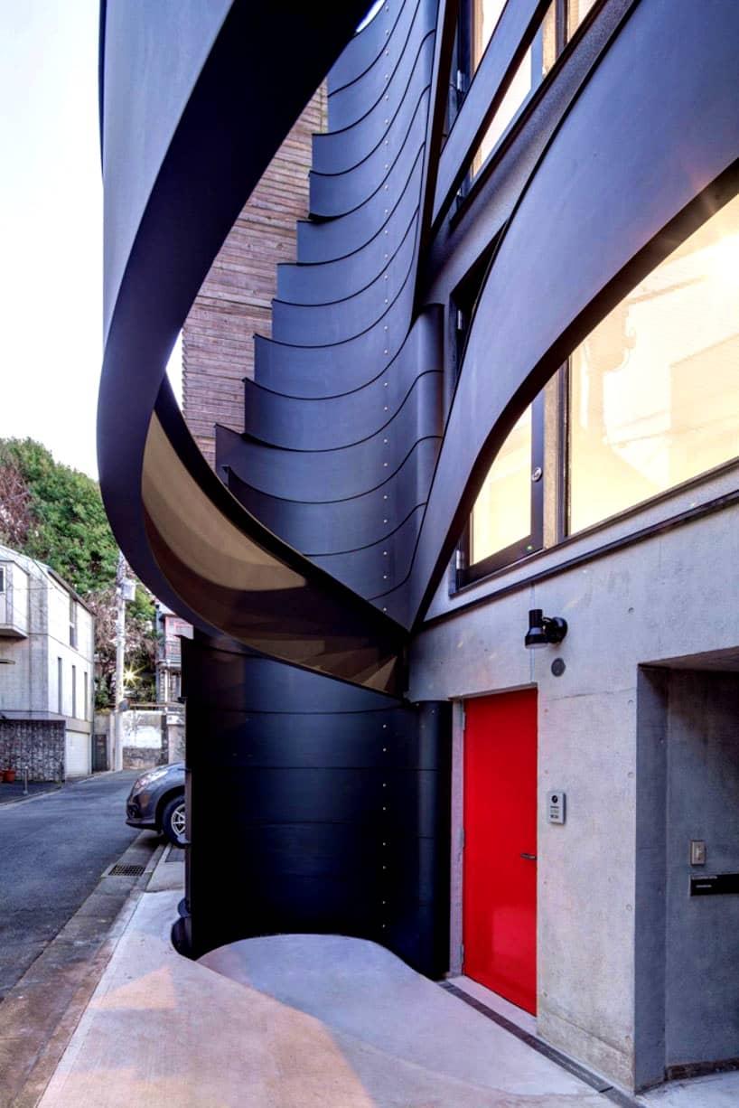Esta fachada simula estar recubierta con listones color negro. Fachadas modernas.