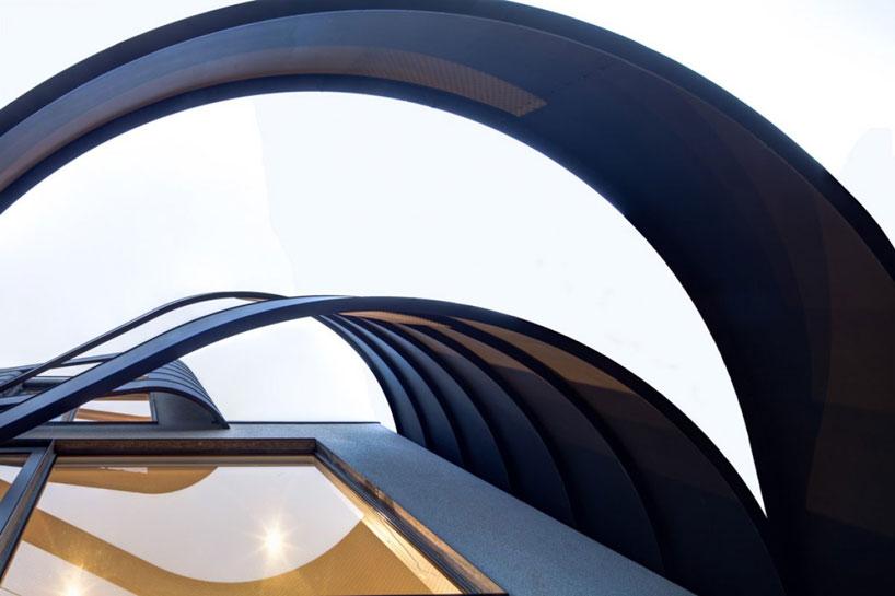 Los listones se despegan de la fachada y la ondulan. Fachadas modernas.