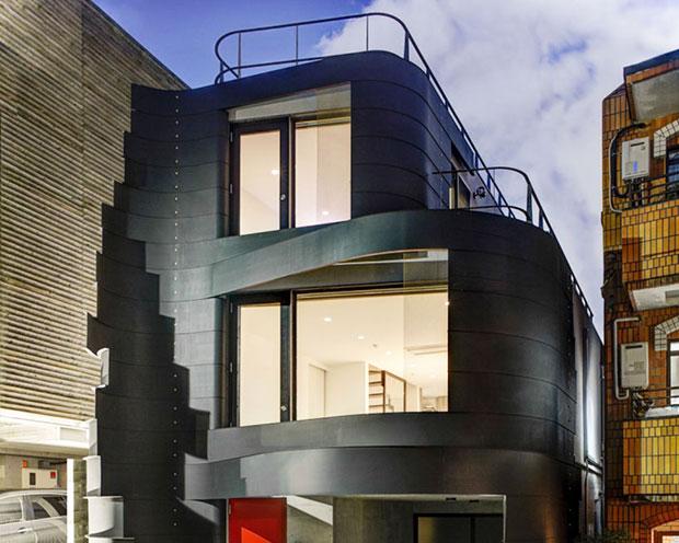 Los listones ondulan la fachada provocando la sensación de movimiento. Fachadas modernas.