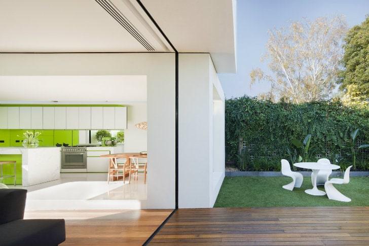 Ventanales corredizos en fachada moderna minimalista.