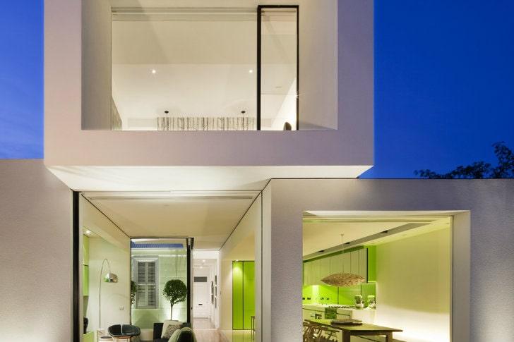 El color verde le da el toque de decoración a esta casa pequeña moderna. Fachadas modernas.