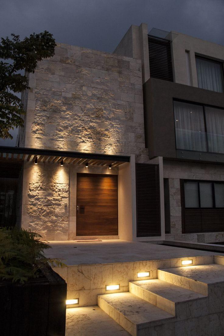 Las fachadas de piedra de mármol enmarcan los diseños.