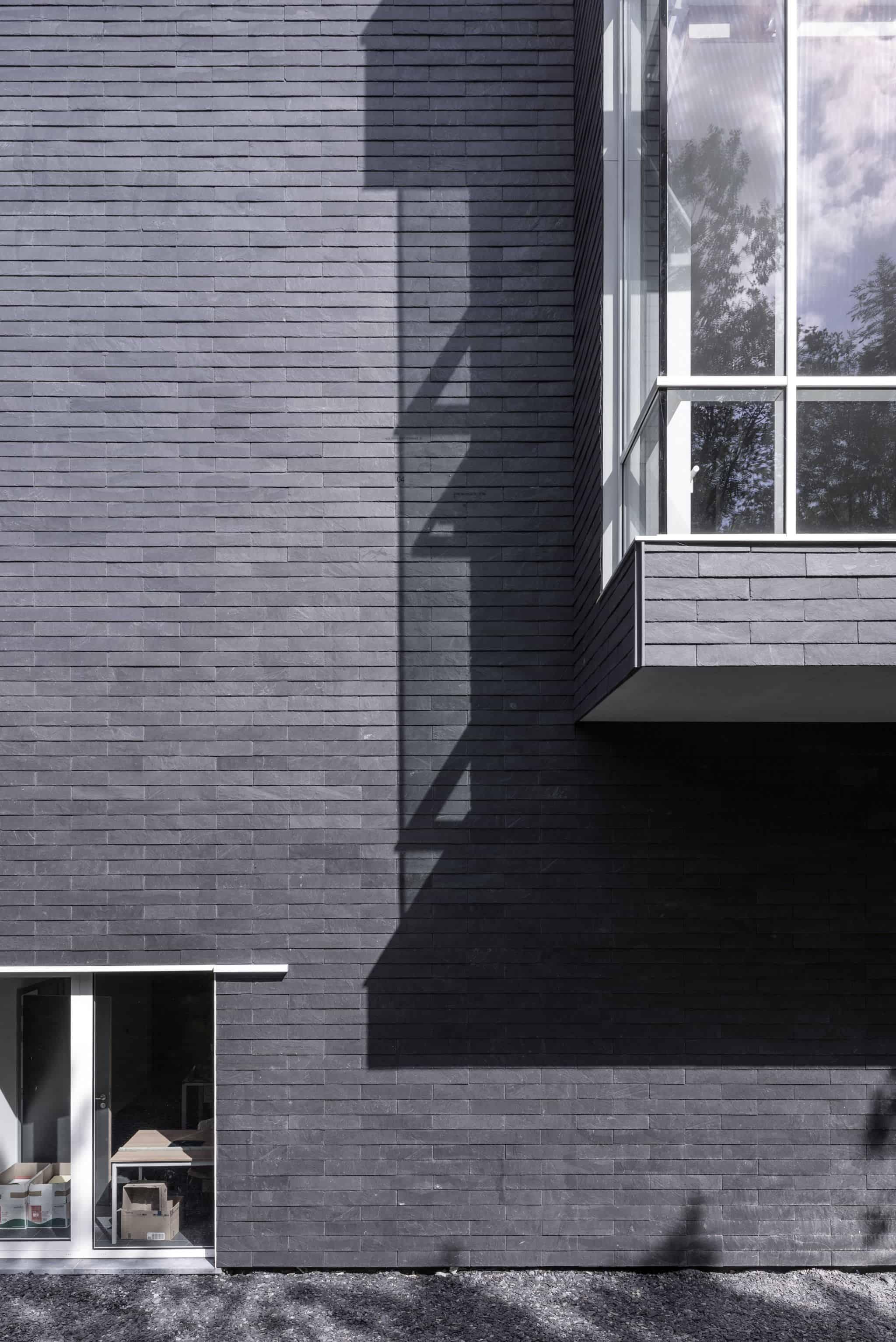 Las fachadas de pizarra negra son elegantes.