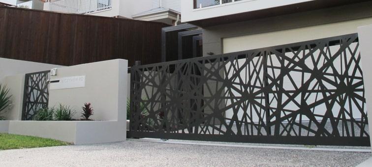 Frentes de casas modernas con rejas.