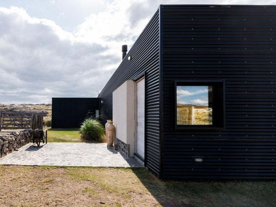 Fachada minimalista con acabado metálico en color negro
