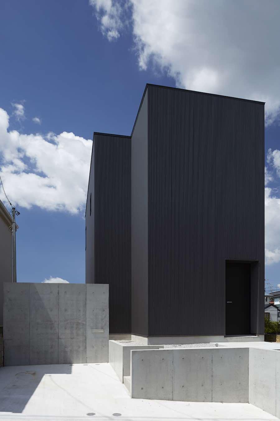 Fachada minimalista de acero y concreto