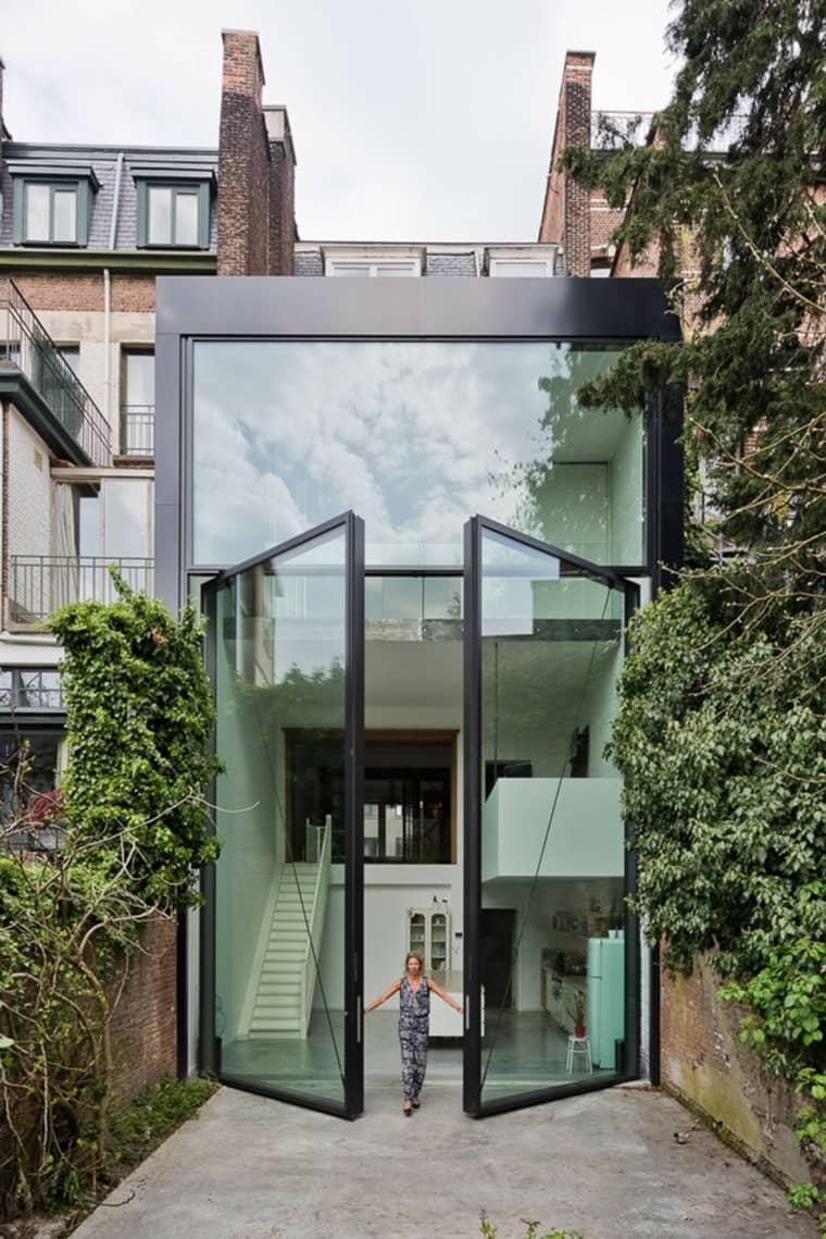 Hermosa combinación de herrería y vidrio en fachada moderna.