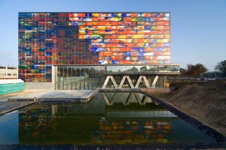 La fachada original es una alegoría de color.