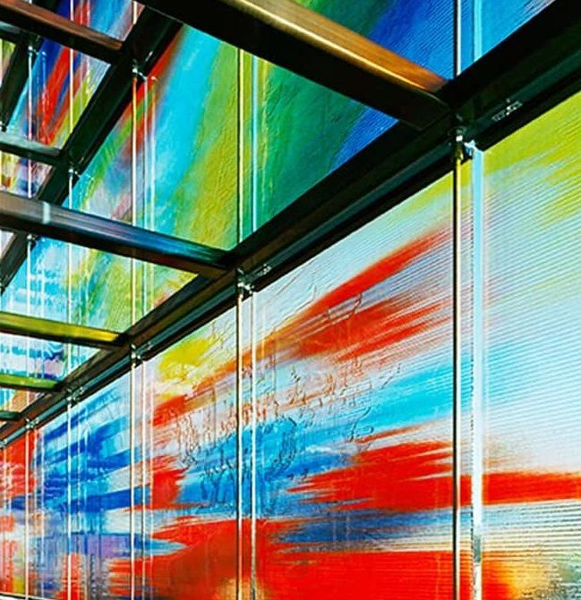 La fachada de colores se puede apreciar también desde el interior.