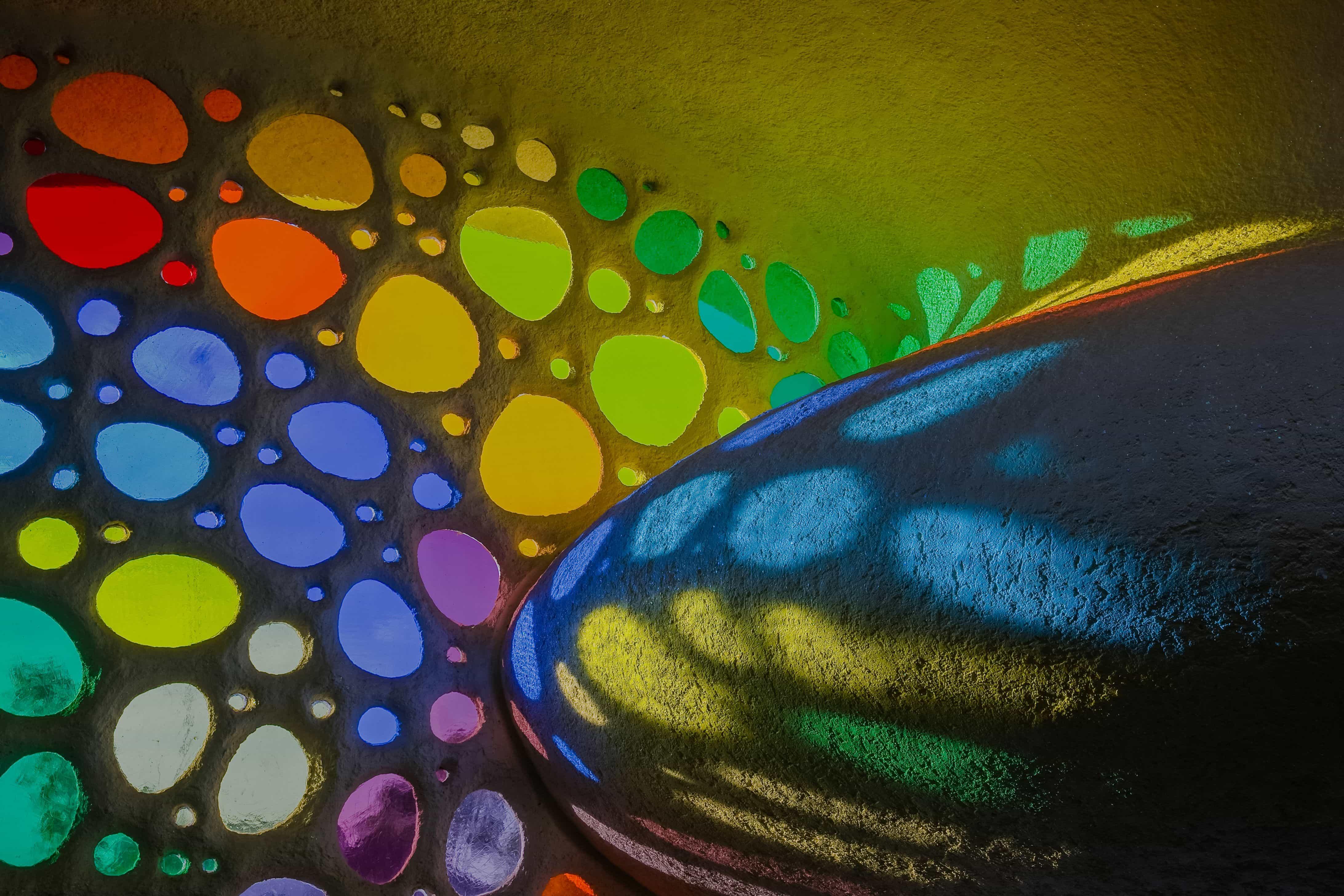 La luz a través de los vitrales de la casa orgánica Nautilus.