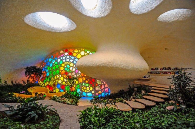 El interior orgánico del caracol es amplio y colorido.