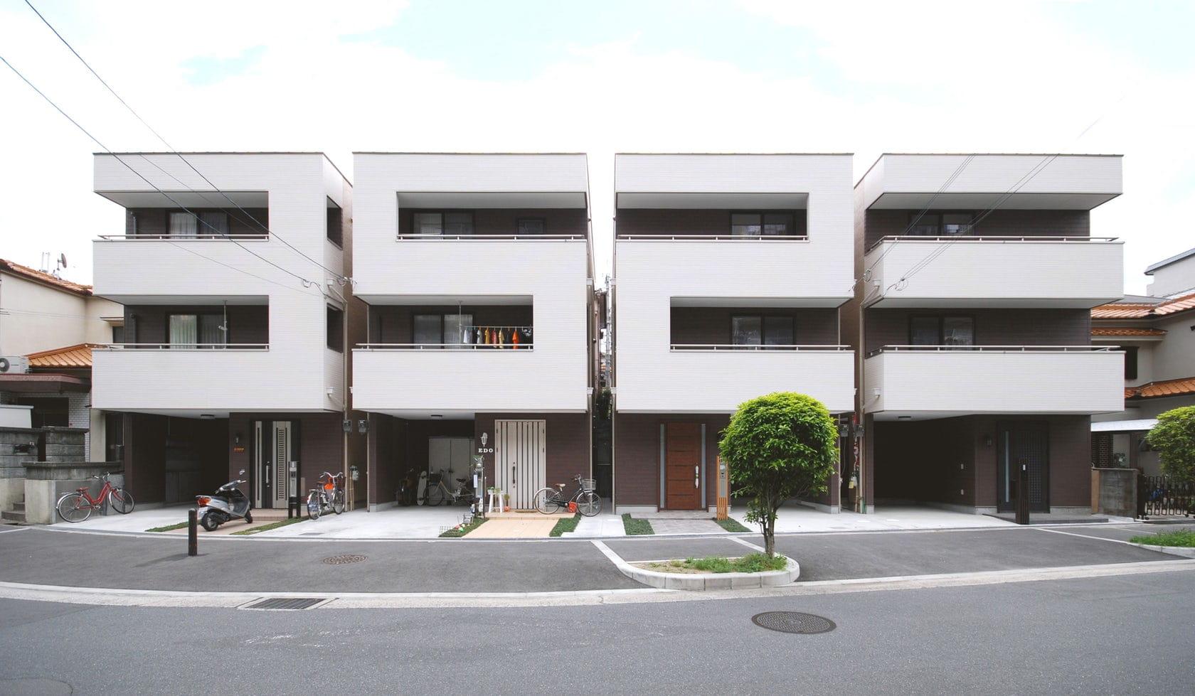 Fachada minimalista de la Casa Números en Japón.