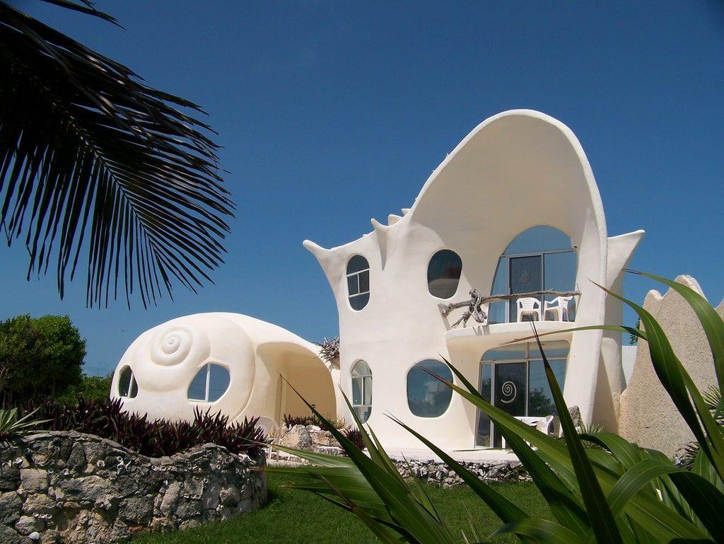 La fachada de la casa orgánica sigue las líneas curvas.