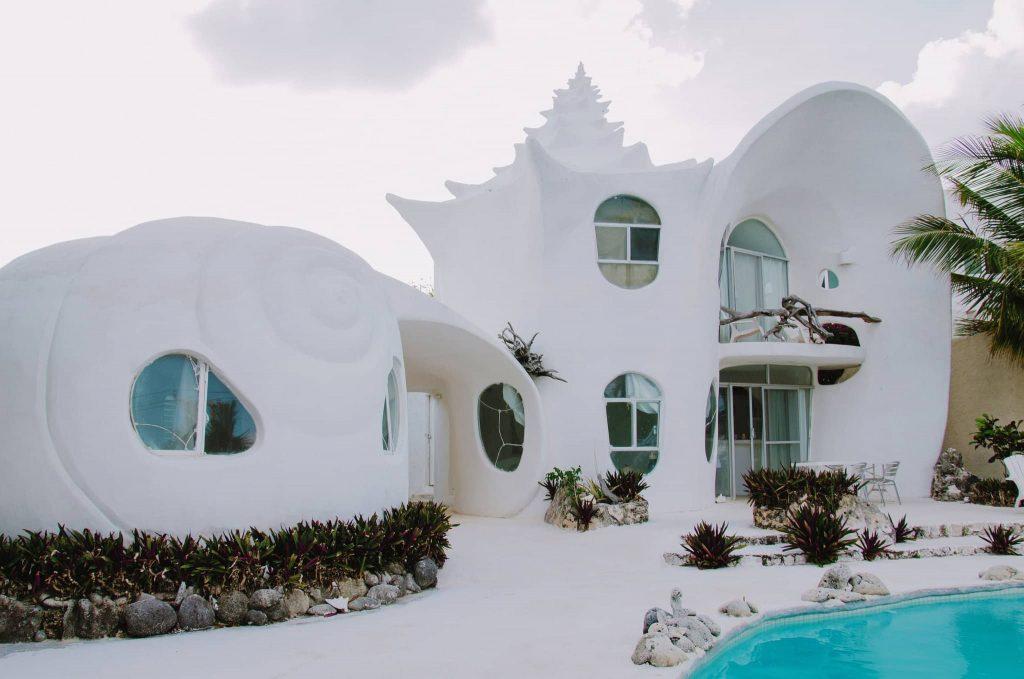 La fachada moderna de esta casa orgánica es única.