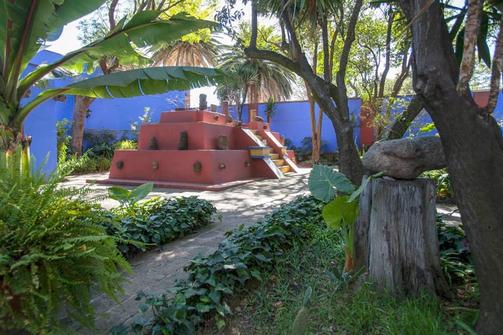 Pirámide con piezas prehispánicas en la Casa Azul.