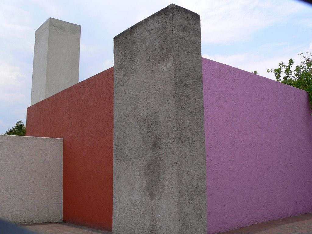 Los muros son grandes volúmenes de concreto.