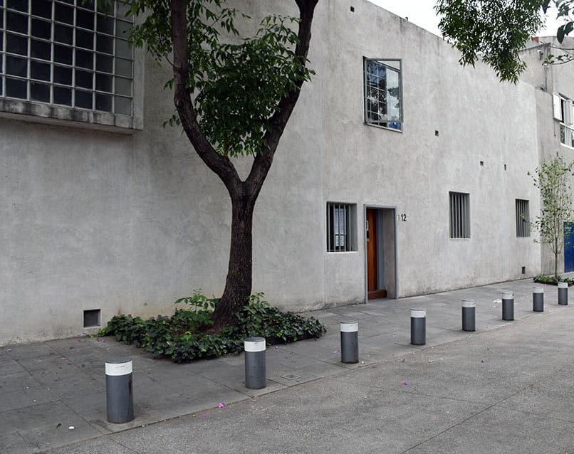 Imponente fachada de la casa Luis Barragán.