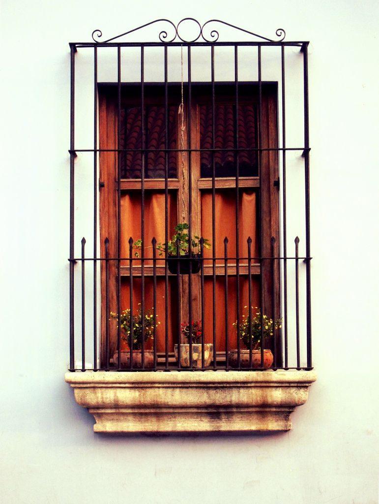 Ventana y balcón estilo colonial.