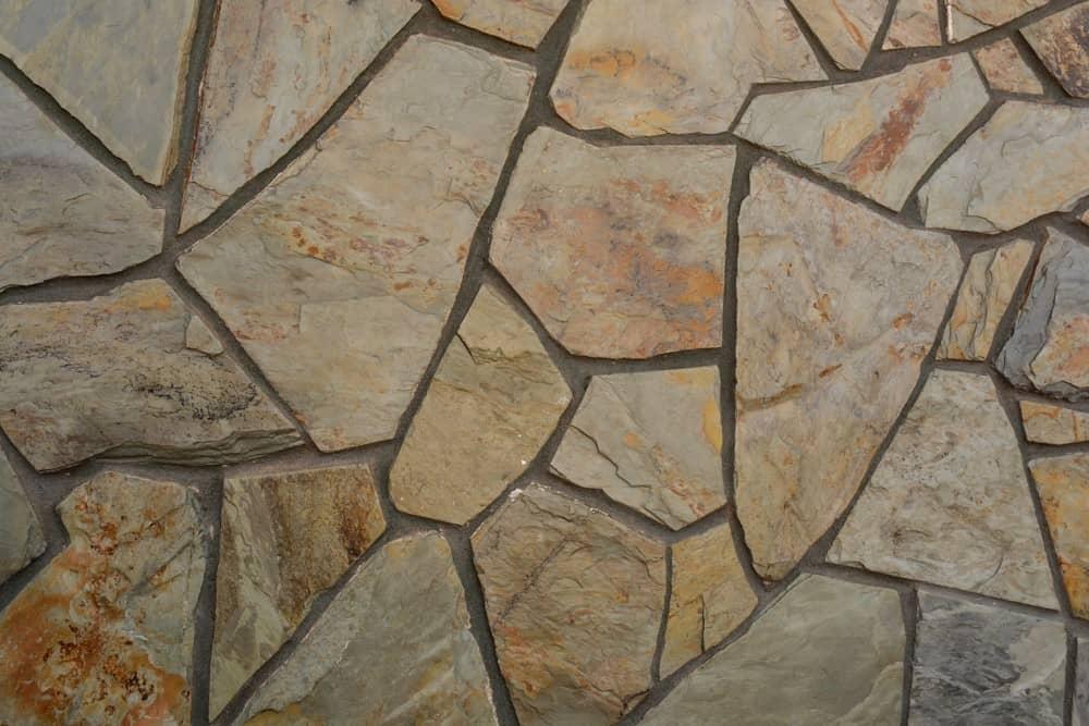 Laja de piedra natural irregular.