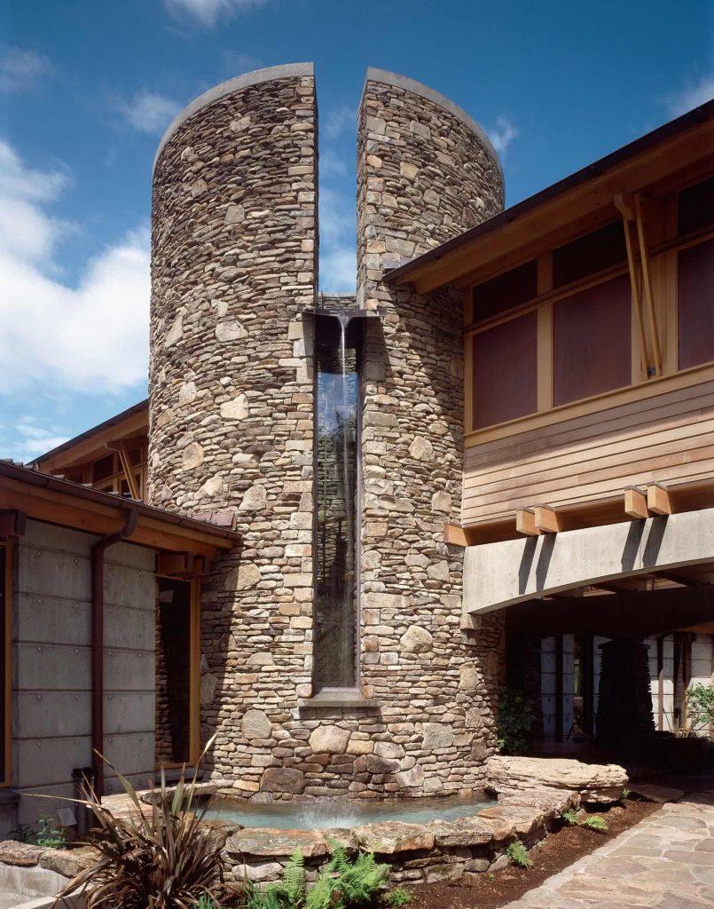 Fachada revestida con piedra natural.