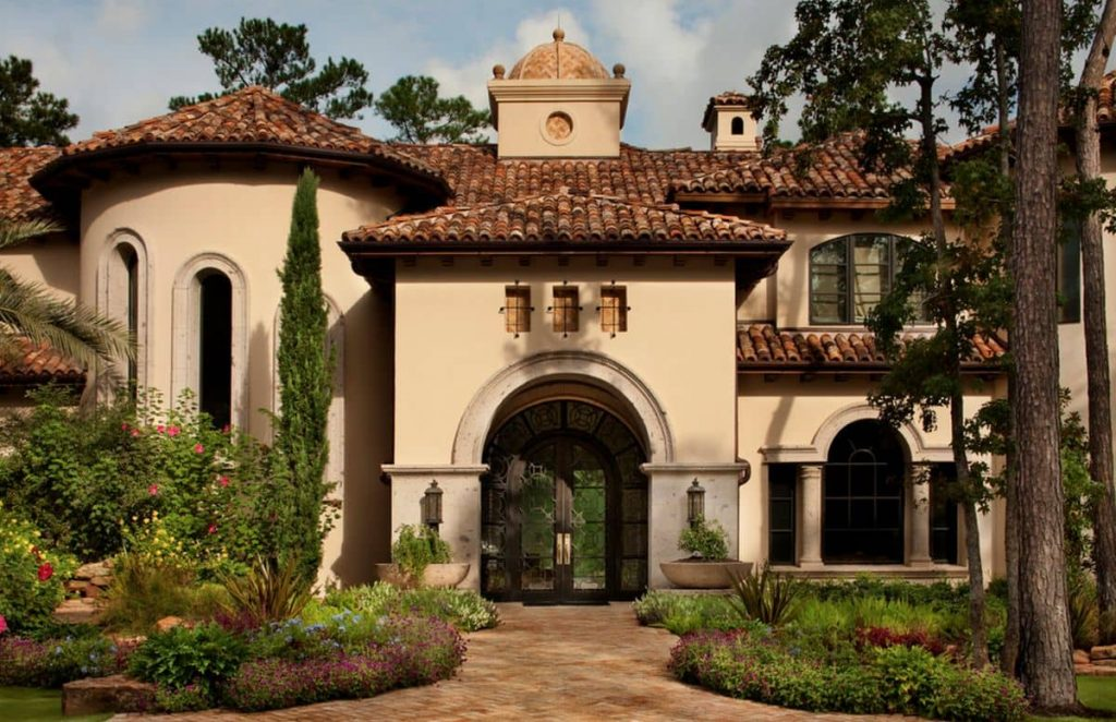 Fachada con arcos y techumbre de tejas.