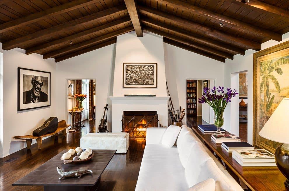 Interiores con viguería y elementos coloniales.